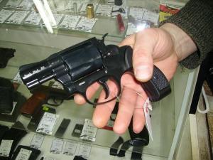 Отсутствие акта проверки знаний безопасного обращения с оружием и наличия навыков безопасного обращения с оружием - основание для отказа в продлении срока действия разрешения на хранение и ношение ОООП.