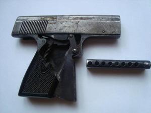 В Калининграде полицейские изъяли у водителя внедорожника стартовый пистолет, переделанный под стрельбу боевыми патронами